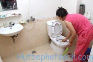 Lau dọn nhà vệ sinh thường xuyên